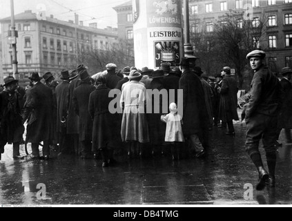 events, Beer Hall Putsch 1923, crowd reading 'counter-declaration' of State Commissioner Gustav Ritter von Kahr, - Stock Photo
