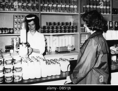 trade, food, milk, hygienic selling of milk at the East German Handelsorganisation (Trade Organisation), Berlin, - Stock Photo