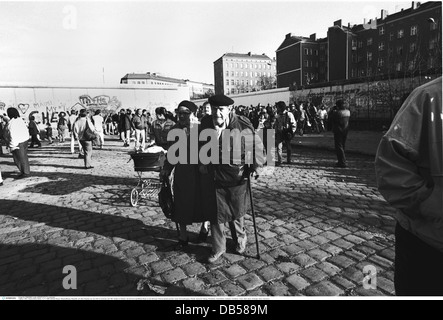 geography / travel, Germany, reunification, Berlin Wall, senior couple from GDR passing the Wall at Bernauer Strasse - Stock Photo