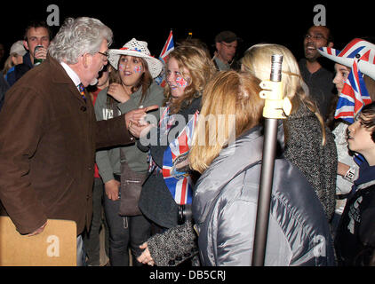 Rolf Harris with fans,  Preparations for the Royal Wedding of Prince William and Kate Middleton outside Buckingham - Stock Photo