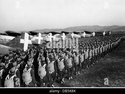 military, Italy, air force, Italian paratroopers on the way to their transport planes, 1940, Additional-Rights-Clearences - Stock Photo