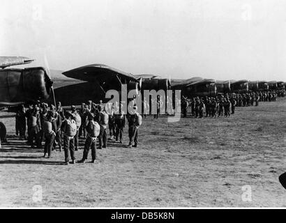 military, Italy, air force, Italian paratroopers ready to board transport planes, 1940, Additional-Rights-Clearences - Stock Photo