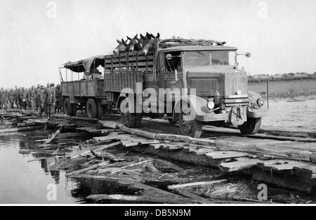 military, Italy, manoeuvre of the Italian army, late 1930s, lorry with mules, crossing a river over a makeshift - Stock Photo