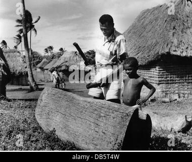 geography / travel,  Fiji, people, natives with 'loli drum',   circa 1960, Additional-Rights-Clearences-NA - Stock Photo