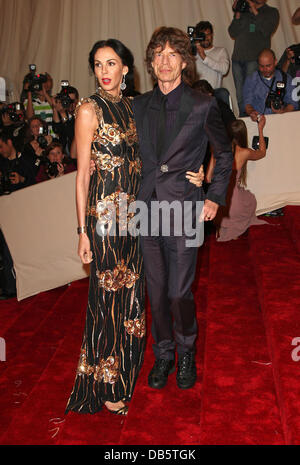 L'Wren Scott and Mick Jagger Alexander McQueen: Savage Beauty' Costume Institute Gala 2011 at The Metropolitan Museum - Stock Photo