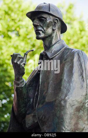 London, UK. 25/07/13. Sculptor, John DoubledayÕs statue of Sherlock Holmes outside Baker Street Station. Dr Ian - Stock Photo
