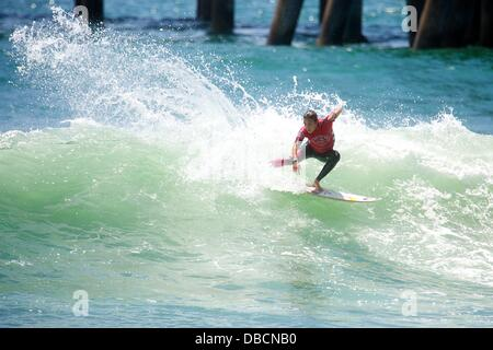 Huntington Beach, CA, USA. 28th July, 2013. July 28, 2013: Sally Fitzgibbons of Australia rides this wave during - Stock Photo