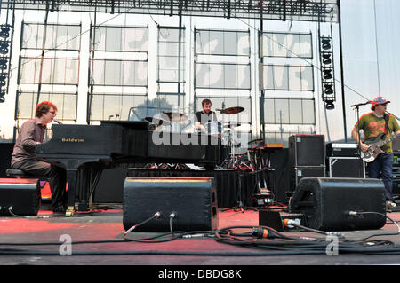 Raleigh, North Carolina, USA. 27th July, 2013. Alternative rock group Ben Folds Five performing at the Red Hat Amphitheatre. - Stock Photo