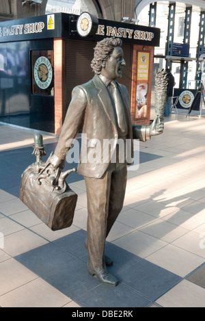 Sculptures by Sculptor Tom Murphy at Liverpool's Lime Street Railway Station, of entertainer and comedian Ken Dodd - Stock Photo