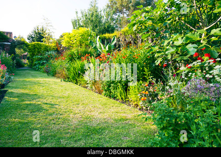 Typical english garden plants flowers and garden path for Typical landscaping plants