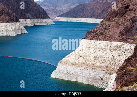 Lake Mead at Hoover dam showing dramatic fall in water levels which used to reach top of  the white 'bathtub ring', - Stock Photo