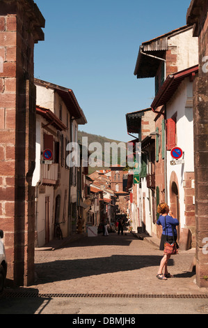 Elk214-1367v France, Basque Country, St Jean Pied de Port, street with traditional Basque houses - Stock Photo