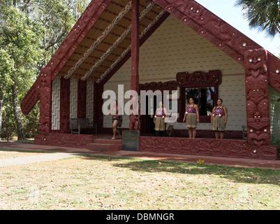 dh Waitangi Treaty Grounds BAY OF ISLANDS NEW ZEALAND Traditional Maoris greeting Whare Runanga Maori meeting house - Stock Photo