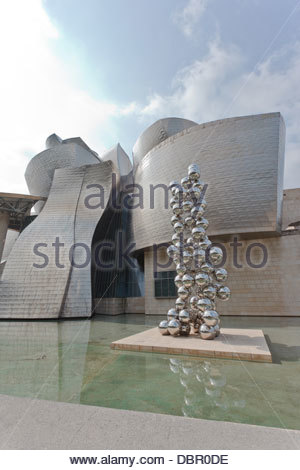 Sculpture El gran árbol y el ojo Anish kapoor. The Guggenheim Museum Bilbao designed by Canadian-American architect - Stock Photo