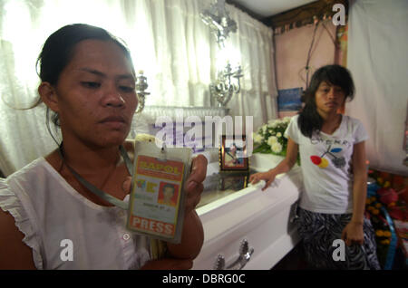 General Santos city, Southern Philippines. 3rd August, 2013. Mario Sy's Wife Violeta Sy (L) show press ID of Husband - Stock Photo