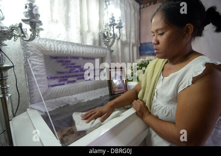 General Santos city, Southern Philippines. 3rd August, 2013. Mario Sy's Wife Violeta Sy mourn after the body of - Stock Photo