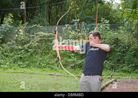 Downe, UK. 3rd August 2013. David Walliams trying archery at Campdowne 2013 in Downe scout Activity Centre near - Stock Photo