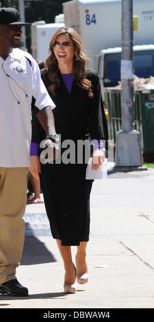 Elizabeth Hurley walking to the set of 'Gossip Girl' in Manhattan, New York City, August 30 2011   in her dressing - Stock Photo