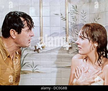 1970s 1970 WORLD WAR ONE SPY FILM DARLING LILI JULIE ANDREWS, ROCK HUDSON  WET IN SHOWER - Stock Photo