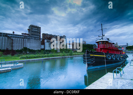 downtown of montreal panorama at dusk before the storm stockfoto lizenzfreies bild 59025848. Black Bedroom Furniture Sets. Home Design Ideas