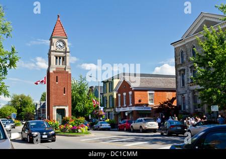Queen Street clock and cenotaph on the main street in historic Niagara-On-The-Lake, Ontario, Canada.  Niagara Peninsula. - Stock Photo