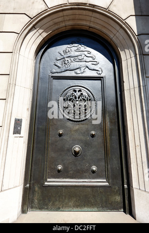 old brass door with three lions at the bank of england headquarters threadneedle street london england uk - Stock Photo