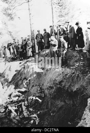 The discovery of the mass graves in Katyn (Russia) by the German Wehrmacht in February 1943 - the Nazi Propaganda! - Stock Photo