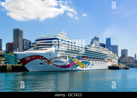 The Norwegian Cruise Lines cruise ship 'Norwegian Jewel' docked at the harbor in Seattle, Washington, USA - Stock Photo