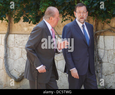 Mallorca, Spain. 9th August 2013. Spanish King Juan Carlos (right) and Prime minister Mariano Rajoy talk before - Stock Photo
