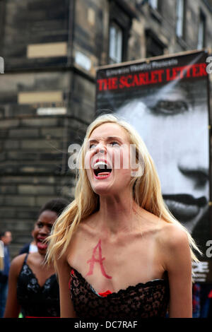 Edinburgh, UK. 11th Aug, 2013. Actors from the Livewire Theatre perform on the Royal Mile enticing people to attend - Stock Photo