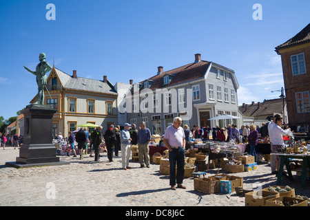 Gamlebyen Fredrikstad Ostfold Norway  Customers viewing stalls at market in Historic Torvet central square old fortified - Stock Photo