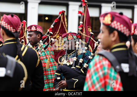 Glasgow, Scotland, UK, Wednesday, 14th August, 2013. The Royal Guard of Oman Pipe Band playing in Buchanan Street, - Stock Photo