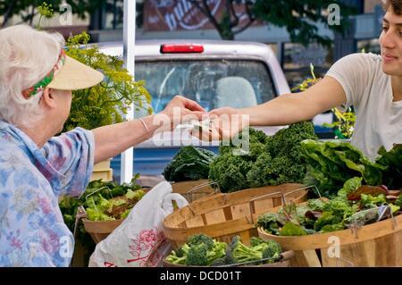 Buying organic produce at farmers´ market, downtown Arcata, California - Stock Photo