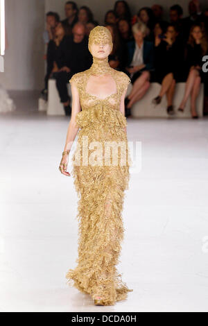 Alexander McQueen Paris Ready to Wear Autumn Winter Model ...