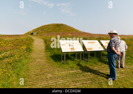 Tourists at Maes Howe chambered tomb on Mainland, Orkney. - Stock Photo
