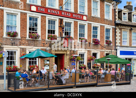 Customers outside The Kings Head Hotel in the historic Market Place, Richmond, North Yorkshire, Yorkshire Dales, - Stock Photo