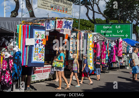 USA, Hawaii, Oahu, Honolulu. Crowds shop for quilts and clothing at the Aloha Stadium Swap Meet. - Stock Photo