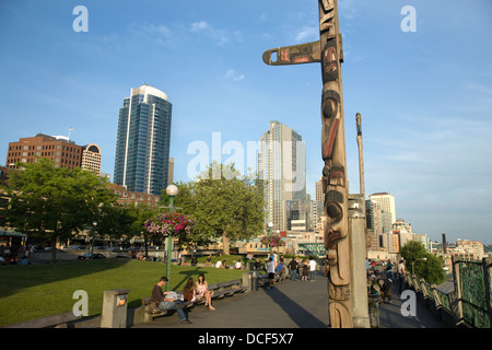 CEDAR TOTEM POLE VICTOR STEINBRUECK PARK ELLOIT BAY DOWNTOWN SEATTLE WASHINGTON STATE USA - Stock Photo