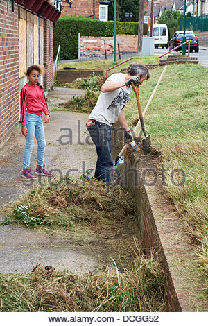 Nottingham, UK. 17th Aug, 2013. Martin Sommerville clears overgrown grass and young volunteer Anaya looks on.  The - Stock Photo