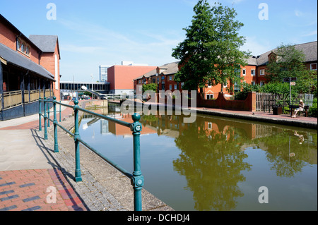 Oxford Canal running alongside Castle Quay shopping centre in Banbury, Oxfordshire, England. - Stock Photo