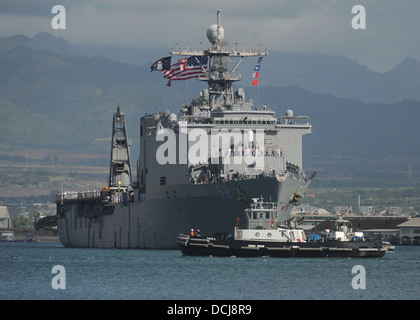 The amphibious dock landing ship USS Pearl Harbor (LSD 52) arrives in Pearl Harbor after completing the annual Pacific - Stock Photo