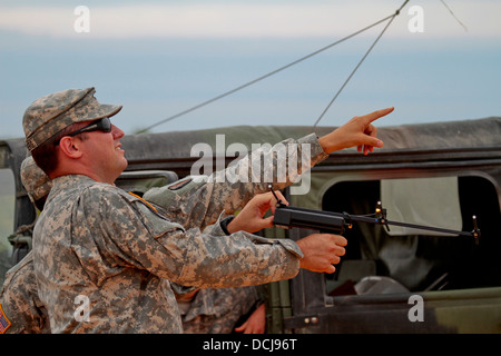 U.S. Army Staff Sgt. James Nirenberg, a Raven master instructor from the Florida Army National Guard, trains soldiers - Stock Photo