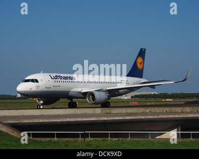 D-AIZW Lufthansa Airbus A320-214(WL) - cn 5694 taxiing 18july2013 pic-002 - Stock Photo