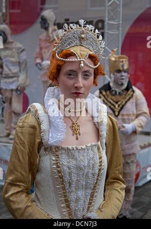 Edinburgh, Scotland, UK. 20th Aug, 2013. Edinburgh Fringe Festival, Royal Mile, cast member playing Queen Elizabeth - Stock Photo