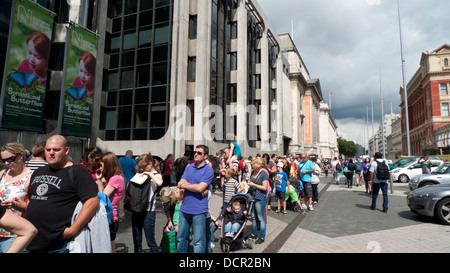 People queuing to enter the Natural History Museum on Exhibition Road South Kensington London SW7 UK  KATHY DEWITT - Stock Photo