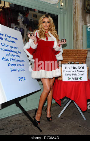 Chantelle Houghton  distributes tins of 'cruelty-free faux gras' to shoppers at Fortnum & Mason's in protest of - Stock Photo