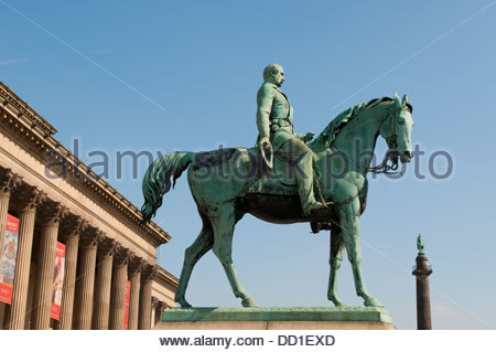 St George's Hall, and statue of Major-General William Earle by Charles Bell Birch, Liverpool, UK - Stock Photo