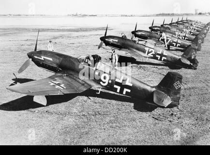 Pilots of the German Luftwaffe board their fighters of the type He 113 in July 1942. The Nazi Propaganda! on the - Stock Photo