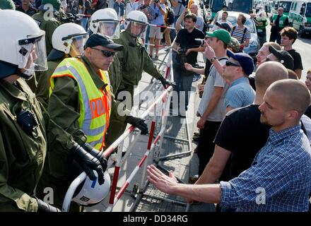 Berlin, Germany. 24th Aug, 2013. Police officers separate participants of a counter-demonstration and a rally of - Stock Photo
