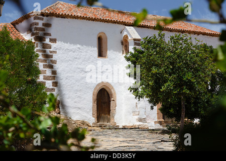 Typical home in Spain with whitewashed walls and terracota roof tiles - Stock Photo